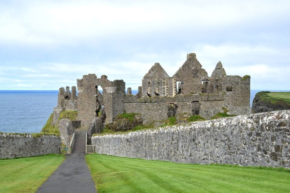 Ireland_DunuceCastle_01